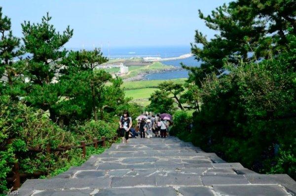Để chinh phục đỉnh núi mặt trời, bạn phải đi bộ men theo con đường đá nhỏ với độ dốc thoai thoải dài khoảng 200m.