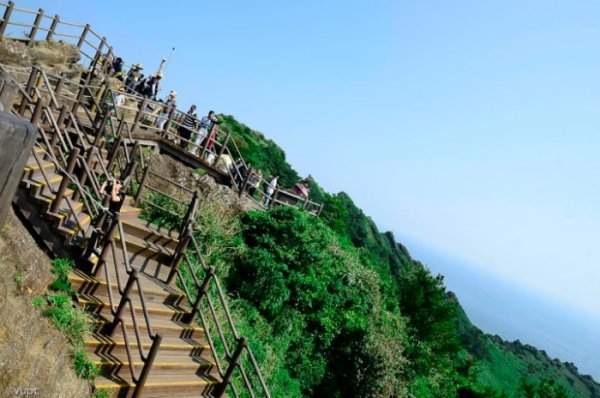 Không khí trên đỉnh núi vô cùng thoáng đãng và trong lành. Bạn sẽ ngỡ ngàng với nhiều phong cảnh tuyệt đẹp hiện ra trước mắt.
