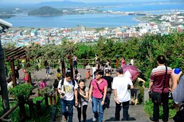 Đến khoảng lưng chừng núi là bạn đã có thể chiêm ngưỡng toàn bộ đảo Jeju từ xa, trông thật nhỏ bé và xinh đẹp.