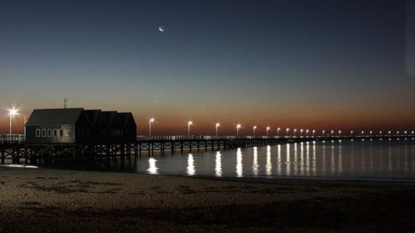 Cầu tàu Busselton trên vịnh Geographe dài gần 2km là cầu tàu bằng gỗ dài nhất bán cầu Nam.