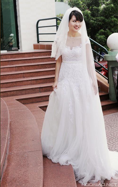 Cô dâu Thúy Hạnh có vóc người nhỏ nhắn, các số đo vừa phải. Váy công chúa bồng bềnh, dáng chữ A và phần thân đính ren sẽ giúp cô dâu đầy đặn hơn.