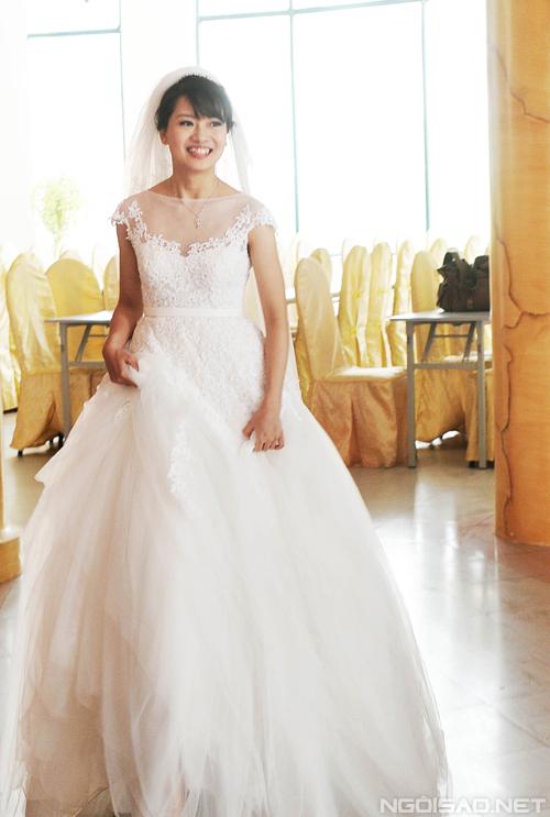 Thúy Hạnh cho biết, tiệc cưới của cô được tổ chức buổi chưa nên không muốn chọn váy đính đá. Hơn nữa, cô dâu cũng yêu thích sự mộc mạc nên nhà thiết kế lựa chọn váy cưới ren trơn không đính đá hay kim sa, nhẹ nhàng tôn lên vẻ đẹp thánh thiện và trong sáng của cô dâu.