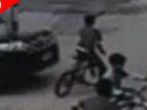 Bé trai thoát chết dù bị ô tô đâm trúng người
