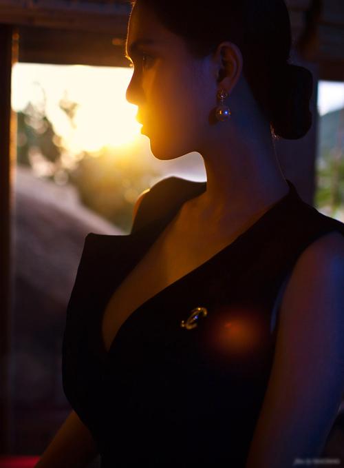 Rũ bỏ những chiếc đầm gam màu tươi tắn với những đường nét tròn trịa bỏng mắt, Ngọc Trinh chọn cho mình những chiếc đầm trơn không họa tiết với tóc búi nhẹ kèm màu son đỏ đầy ma lực.