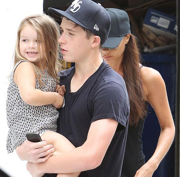 Cô nhóc Harper khiến mọi người thích thú với gương mặt biểu cảm dễ thương khi vắt vẻo trong vòng tay anh trai Brooklyn. Con gái cưng của nhà Becks đi chân trần, để tóc xõa và diện một chiếc áo khuya ngược hai màu đen trắng xinh xắn.