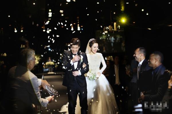 Cô dâu của Park Ji Sung diện váy cưới ren