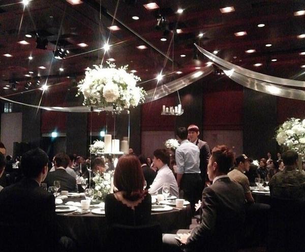 Hôn lễ của Park Ji Sung tràn ngập màu trắng của hoa hồng bạch