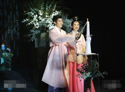 Hôm qua 27/7, Park Ji Sung kết thúc cuộc sống độc thân bằng hôn lễ ngọt ngào với nữ MC đồng hương Kim Min Ji.