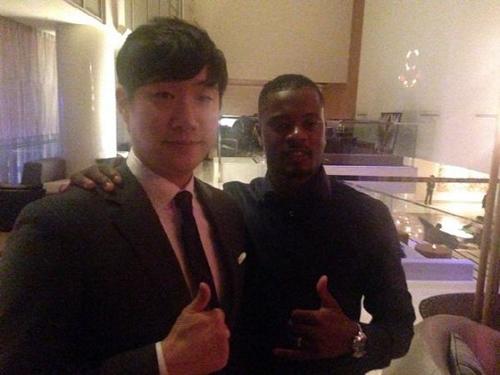 Đồng đội cũ và cũng là bạn thân thiết của Park Ji Sung ở MU, tiền vệ Patrick Evra, cũng tới Hàn Quốc dự lễ cưới.