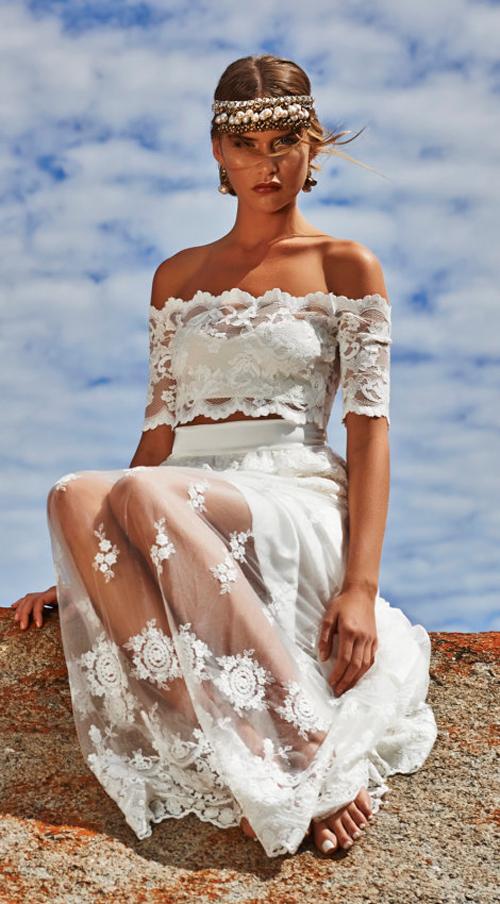 Mỗi một bộ váy là một thiết kế được thực hiện thủ công với những họa tiết tinh tế.