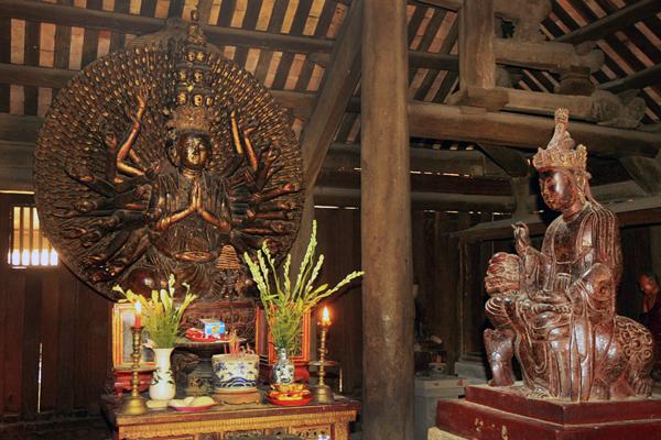 Pho tượng Quan Thế Âm nghìn mắt nghìn tay bằng gỗ lớn nhất Việt Nam tại chùa Bút Tháp. . Tượng cao 3,7m, ngang 2,1m, có 11 đầu, 46 tay lớn và 954 tay nhỏ, dài ngắn khác nhau. Đây được coi là một kiệt tác độc nhất vô nhị về tượng Phật và nghệ thuật tạc tượng, được công nhận là Bảo vật quốc gia năm 2012.