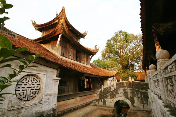 Từ thượng điện chùa Bút Tháp đi qua cầu đá đến tích thiện am. Tòa tích thiện am, như tên gọi có nghĩa là chứa điều lành