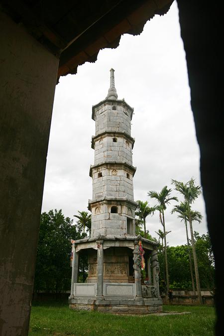 Đến đây du khách không khỏi ngạc nhiên đứng dưới cây tháp Báo Nghiêm 5 tầng bằng đá cao 13m, nơi xá lị của vị hòa thượng trụ trì đầu tiên (dựng 1647).