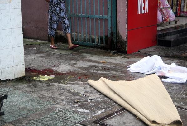 Đến 16h30, sau khi  cảnh sát hoàn tất khám nghiệm, thi thể anh Phú được đưa đi, bỏ lại hiện trường một vũng máu.