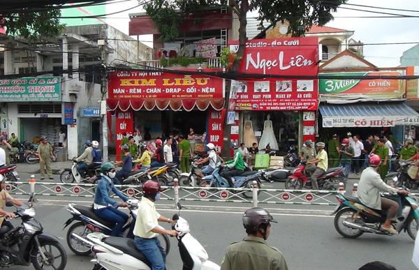 Trưa nay, anh Phạm Thanh Phú (27 tuổi, ngụ Hóc Môn) đi xe máy chở thùng kẹo singum phía sau đến giao hàng tại tiệm tạp hóa do bà Phạm Thị Hiền (57 tuổi) làm chủ trên đường Quang Trung (phường 8, quận Gò Vấp).