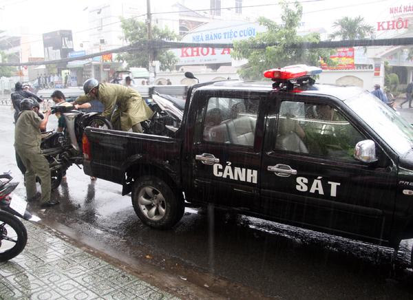 Hai xe máy của nạn nhân cũng được chuyển về phục vụ điều tra.