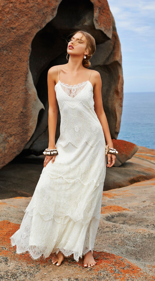 Đa số những thiết kế của Grace Loves Lace đều có kiểu dáng gọn gàng, ôm rủ. Để thu hút sự chú ý, cô dâu nên sử dụng phụ kiện cài tóc và đồ trang sức to bản.