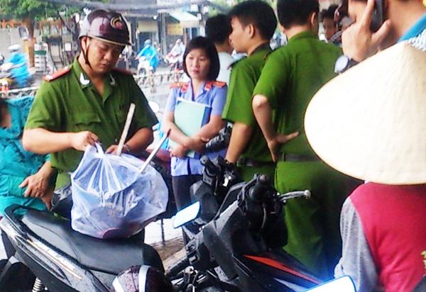 Cảnh sát thu giữ hai nón bảo hiểm, thanh sắt dài khoảng 40 cm, một cây xăm gạo bằng inox dài hơn 40 cm, một con dao bầu dài 25cm.