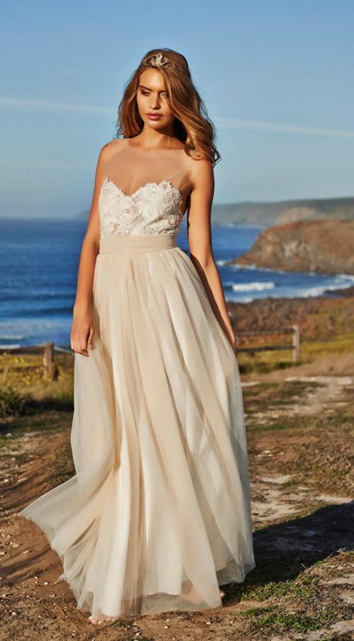 Với bữa tiệc cưới trên bãi biển, cô dâu không cần đến những bộ váy truyền thống, kín đáo hoặc cao sang.