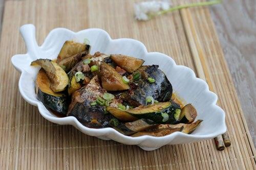 Bí ngồi khi kho cùng với cá có vị đậm đà, phần cá chắc thịt, nước kho cá bạn có thể ăn với cơm rất ngon.
