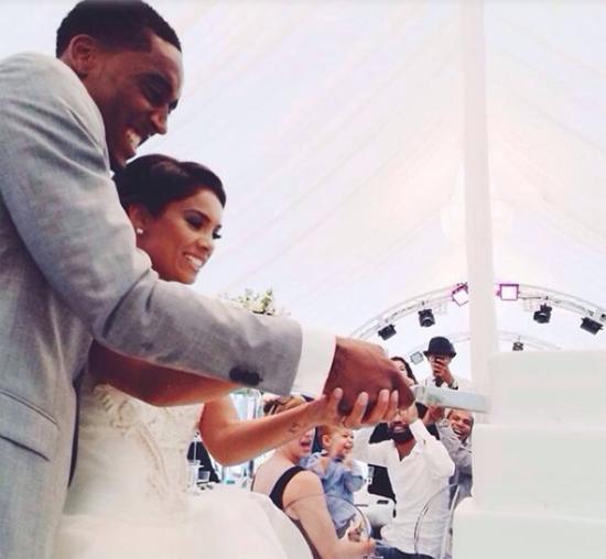 Đôi uyên ương phấn khích cắt bánh cưới.