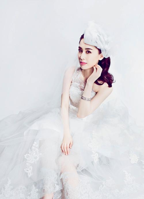 """Trên một tạp chí áo cưới nổi tiếng của Trung Quốc, nữ diễn viên """"Tuyệt đỉnh công phu"""" đep dịu dàng và duyên dáng."""