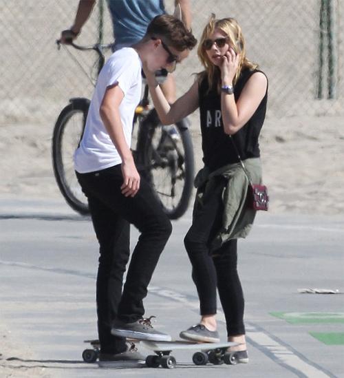 Cậu cả nhà Becks và Chloe Moretz thân thiết khi đi trượt ván cùng nhau hồi tháng 6. Ảnh