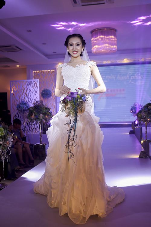Bộ sưu tập áo cưới sử dụng gam màu trắng làm tinh khiết làm chủ đạo. Thiết kế khá bay bổng nhờ kiểu dáng nữ tính, đính kết hạt tạo điểm nhấn sang trọng, quyến rũ. Các mẫu thiết kế khá đa dạng về kiểu dáng từ dáng váy dài, xếp tầng bồng xòe đến kiểu váy ngắn tối giản hiện đại.