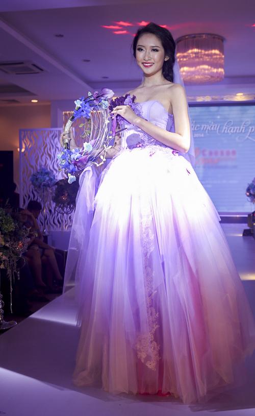 Điểm nổi bật là những bó hoa cô dâu lãng mạn và sinh động của chuyên viên thiết kế hoa Cao Sơn, được kết từ những loài hoa lan, cúc, hồng, cẩm chướng& chuyên dùng cho cô dâu nhân ngày cưới.