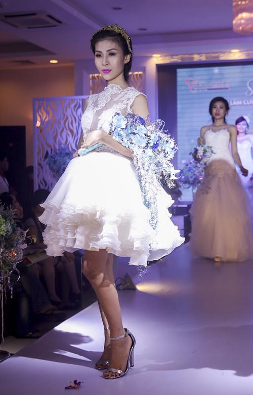 Tối ngày 3/8, triển lãm cưới mang tên Sắc màu cuộc sống diễn ra tại Trung tâm hội nghị 272, TP.HCM giới thiệu những mốt váy cưới mới nhất mùa và những tông màu hoa trang trí tiệc cưới và những bó hoa, lẵng hoa hợp xu hướng dành cho cô dâu trong ngày trọng đại.