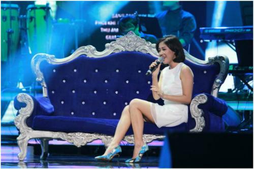 Văn Mai Hương xuất hiện trong liveshow BHYT số này với sự dàn dựng công phu của đạo diễn Việt Tú, giữ được không khí mà Văn Mai Hương và nhạc sĩ Huy Tuấn mong muốn gửi vào bài hát đặc biệt Ngày Gần Anh.