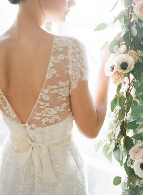 Bí quyết mặc váy cưới khoe lưng trần