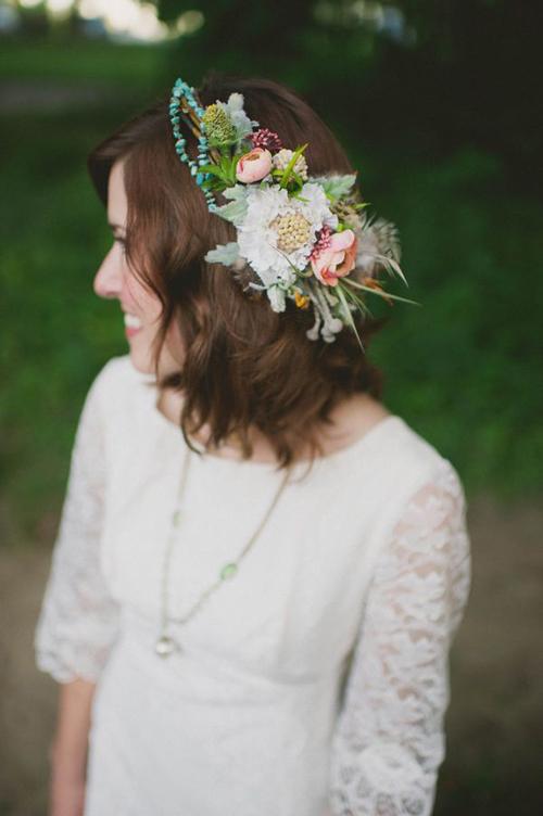 Với những bữa tiệc ngoài trời, chiếc váy bay bổng và phụ kiện hoa rực rỡ sẽ là sự lựa chọn thích hợp.