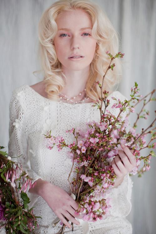 Hoa cưới màu sắc trang nhã, hài hòa với trang phục sẽ là một phụ kiện đáng yêu.