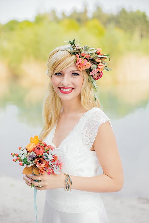 Vòng hoa đội đầu và bó hoa cưới cần sử dụng cùng một loại hoa, tạo ra sự liên kết cho trang phục.