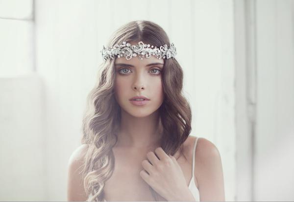 Trang sức đá quý tinh tế cho cô dâu tóc dài