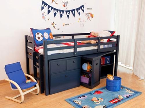 Giường tầng Colin Loft Bed được sản xuất bằng 100% gỗ thông NZ với sơn PU không chì, không độc hại, khung giường chắc chắn, chiều cao vừa phải đảm bảo an toàn tối đa khi lên xuống. Sản phẩm có giá 14,8 triệu đồng.