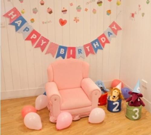 Ivy Sofa sản xuất từ cao su xốp, chân ghế bằng gỗ nhựa, vải bọc lint cùng 2 màu sắc (hồng, xanh dương) trẻ trung, tươi vui phù hợp với trẻ nhỏ. Sản phẩm có giá bán 1,85 triệu đồng.