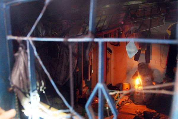 Hơn 13h30, một người áp sát giật bật cánh cửa sổ phòng trọ. Hàng chục người dân ùa tới vây kín cửa phòng. Bên trong, Tuấn ôm bình gas loại 12 kg đang mở van cùng mồi lửa trên tay, dọa cho nổ tung căn phòng khiến mọi người phải dạt ra xa.