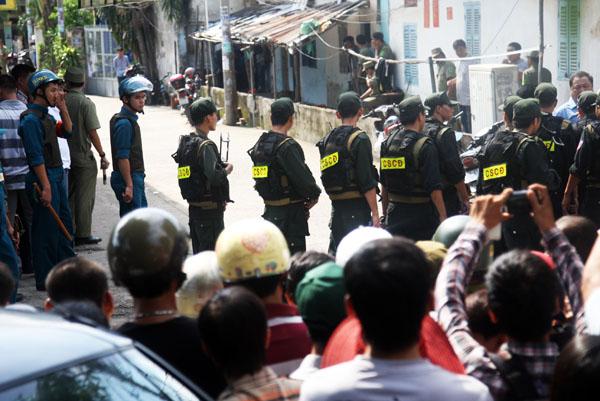 Trước việc thương thuyết kéo dài nhiều giờ bất thành, hàng chục cảnh sát cơ động thành phố được chi viện. Họ bàn nhanh kế hoạch ập vào phòng trọ. Lực lượng y tế cũng có mặt để sẵn sàng cho tình huống xấu có thể xảy ra.