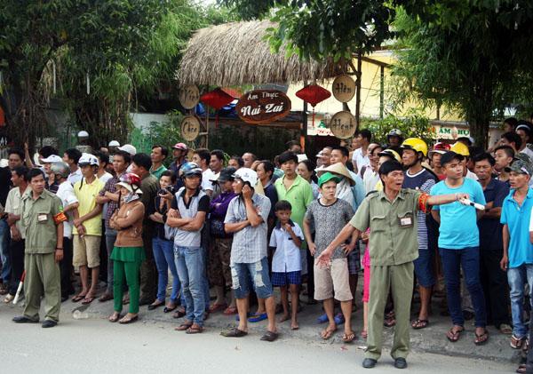 Sự việc thu hút hàng trăm người dân đứng nghẹt ngoài vòng vây của cảnh sát. Không khí hết sức căng thẳng.