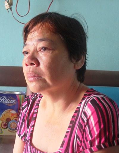 Bà Nguyễn Thị Mai Trinh (46 tuổi) khóc nức nở khi nói về sự mất tích bí ẩn của con gái