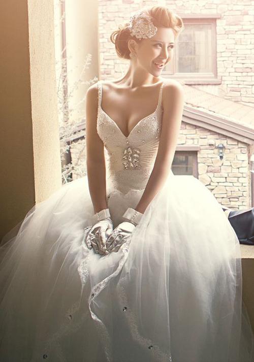 Chọn váy cưới khéo léo khoe vòng một