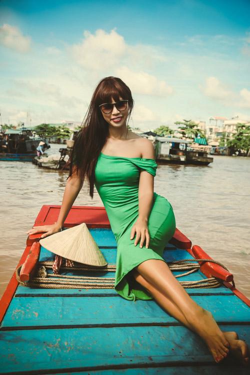 Mẫu váy trên tông màu xanh non của lá cùng với chất liệu vải thun mềm mại giúp Hà Anh nổi bật và thoải mái giữa khung cảnh mênh mông sông nước.
