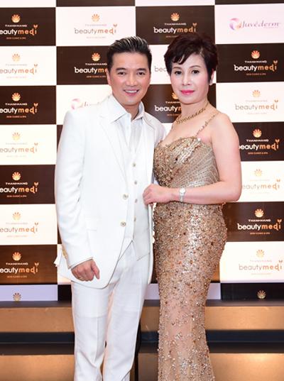 Trước khi vào đêm tiệc, Mr Đàm chụp ảnh chung cùng chị Thanh Hằng,