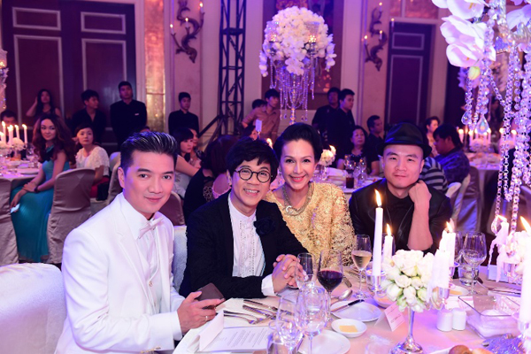 Đàm Vĩnh Hưng, nghệ sĩ hài Thành Lộc, diễn viên Diễm My, nhà thiết kế Đỗ Mạnh Cường ngồi chung một bàn tiệc.