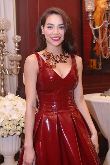 Tới dự bữa tiệc còn có ca sĩ Hồ Ngọc Hà. Nữ ca sĩ khéo khoe ngực đầy khi diện chiếc váy đỏ xẻ sâu.
