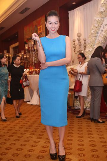 Đả nữ Ngô Thanh Vân thanh lịch  trong bộ váy bó màu xanh nước biển.
