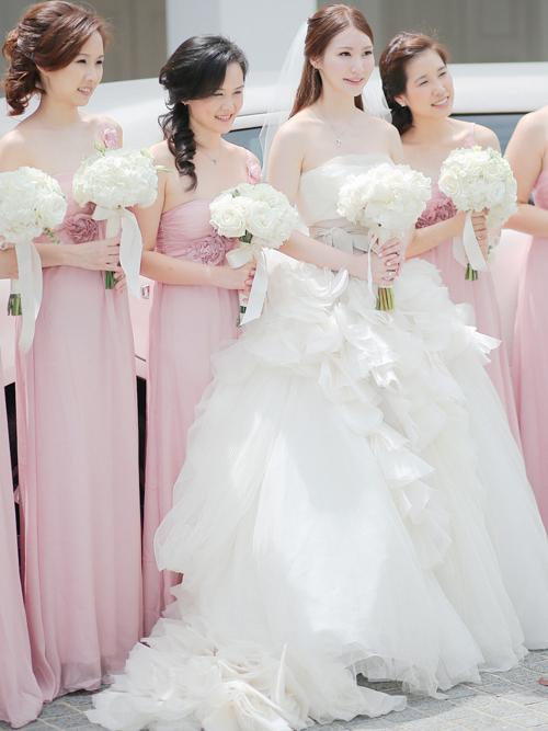 Cô dâu chọn mẫu váy cưới mang tên Hayley của Vera Wang để diện trong nghi thức cưới ngoài trời.