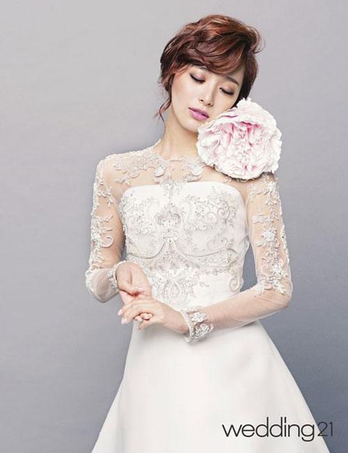 Trên tạp chí The Wedding 21 số tháng 7, nữ diễn viên của 'Ngôi nhà hạnh phúc' khoe nhan sắc rạng ngời khi khoác lên mình chiếc váy trắng tinh khôi. Với chiều cao lý tưởng và gương mặt xinh xắn, dễ thương, Lee Young Eun hoàn toàn tỏa sáng trong bộ váy cô dâu. Ảnh: Kmib.